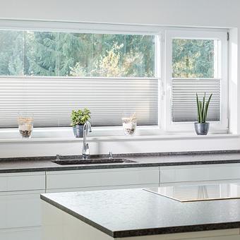 Plissees Küche Farbe hellgrau