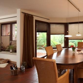 Esszimmer Fenster mit Plissee-Rollos